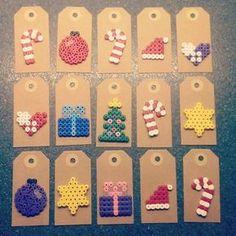 Christmas gift tags with perler beads Hama Beads Design, Diy Perler Beads, Hama Beads Patterns, Perler Bead Art, Beading Patterns, Christmas Present Tags, Diy Christmas Gifts, Christmas Perler Beads, Diy Cadeau Noel