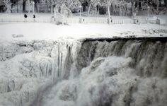 El lado estadounidense de las Cataratas del Niágara, semipesado por el frío dejado por el 'vórtice polar' que esta semana azota EEUU.-