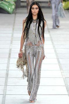 Roberto Cavalli Spring 2011 Ready-to-Wear Fashion Show - Natalia Vodianova 20s Fashion, Fashion Line, Runway Fashion, High Fashion, Fashion Show, Fashion Design, Fashion Spring, Gothic Fashion, Hippie Style Clothing