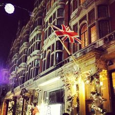 London does the Holidays so well. #london #chic