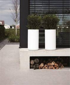 Moderne Tuin Met Witte Plantenbakken Outdoor Landscaping, Modern  Landscaping, Outdoor Gardens, Outdoor Spaces