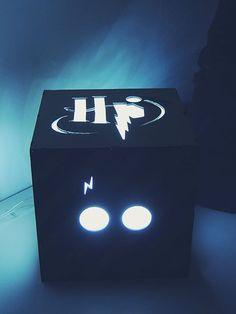 Boa noite Potterheads, Somos 2 estudantes de arquitetura e Amamooos Harry Potter e resolvemos fazer algumas coisas relacionadas pra minha casa e ficaram tão incríveis que comecei a fazer pra outras pessoas também. Essa luminária é apenas um produto dos vários que fazemos de HP. É feita de MDF com quatro faces desenhadas com coisas simbólicas. É simplesmente linda e pra melhorar os desenhos podem ser personalizados. Quer ver mais?  A foto é um produto real, não é ilustração. Vendemos pra todo…