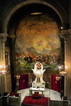 El ábside de la Iglesia de San Jorge, está decorado por un gran mural pictórico, obra de F. Cabrera Cantó, que representa la mítica intervención de San Jorge en auxilio de los alcoyanos, en 1276. #Alcoy #Alcoi #Iglesias