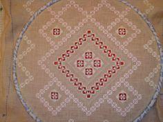 Hace poco os enseñé el comienzo de este nuevo tapete que estamos haciendo entre varias amigas, Ana , Anna , Blanca , Rosa , Chary , Consue...