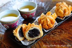 Lotus Flower Mooncakes 梅花酥月饼 are a classic deep-fried mooncakes with red bean paste filling and crisp puff pastry. Looks impressive, tastes marvellous too!