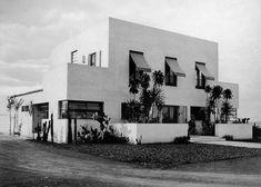 Construído na 1927 na São Paulo, Brasil. Destituída de ornamentação e formada por volumes prismáticos brancos, a obra precisou ser ornamentada em seu projetopara obter aprovação junto à...