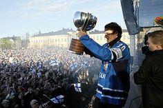 Jääkiekon maailmanmestaruutta juhlittiin toukokuussa myös Oulun torilla. Mukana oli kuusi Kärpissä pelannutta kiekkoilijaa. Janne Pesonen esitteli mestaruuspokaalia oululaisyleisölle.  Kuva: Pekka Peura