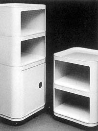 COMPONIBILI QUADRATI (1967) di Anna Castelli Ferrieri. Il sistema contenitori si caratterizza per la solida sovrapposizione verticale dei singoli pezzi, che tramite incastro permettono il completo assemblaggio del mobile. Primo mobile stampato a iniezione, che esce finito dallo stampo, e il primo anche che utilizza l'ABS. Di grande flessibilità per la possibilità di accoppiamento dei singoli elementi, si presta a rispondere a diverse funzioni con la sola aggiunta di alcuni optional.