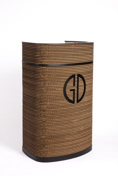 Impact curved lectern, rostrum and podium with cardboard front, painted steel and solid bamboo    Buet talerstol og pult med pap front, stål top og bambus plade  Sustainable, bæredygtig