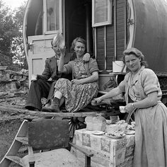 +~+~ Vintage Photograph ~+~+   Members of the Sheridan or O'Brien families enjoying a meal at their camp site in Loughrea, Ireland.