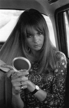 Happy Friday! Jean Shrimpton nos anos 60 já sabia que terminar de se aprontar no taxi é super válido! Franja + make que são referências eternas