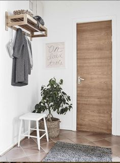 A small scandinavian style apartment house entrance, entrance hall, small entrance, entry hallway Scandinavian Style, Scandinavian Shelves, Scandinavian Furniture, Modern Furniture, Lobby Design, Küchen Design, Interior Design, Small Entrance, House Entrance