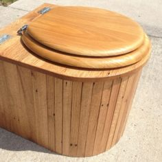 Waterless toilets, or composting toilets, are much more sustainable than extremely wasteful flushing toilets. Compost Toilet Diy, Outdoor Toilet, Camper Awnings, Popup Camper, Tadelakt, Flush Toilet, Tiny House Bathroom, Camping Stove, Camping Gear