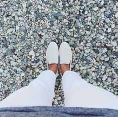 Americana é obcecada em fotografar os próprios pés em cenários diferentes   Virgula
