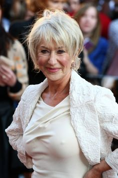Helen Mirren (born older lady fashion - over 50 fashion Sexy Older Women, Old Women, Dame Helen, Peinados Pin Up, Beautiful Old Woman, Ageless Beauty, Aging Gracefully, Celebs, Celebrities