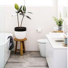 Kleine Badezimmer können nicht stylisch sein? Und ob! Wir zeigen euch, wie ihr mit ein paar simplen Tricks das Beste aus eurem Bad herausholt...