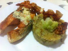 Salmó a la planxa amb un toc de Rocafort i trinxat de coliflor i patata amb bacon cruixent