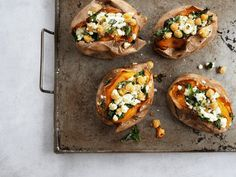 Bakad sötpotatis med grönkål och fetaost - ceciliafolkesson.se – Naturlig mat & Hälsa Clean Eating Recipes, Bruschetta, Baked Potato, Quinoa, Veggies, Potatoes, Mexican, Meals, Snacks