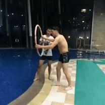 Fieser Streich im Schwimmbad