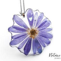 Floare albastră! Naturală, și ca de obicei, prinsă în rășină pentru o viață nouă! Vestea bună este că tu o poți purta mereu! Astăzi nu avem… Jewelry, Jewlery, Bijoux, Schmuck, Jewerly, Jewels, Jewelery, Fine Jewelry, Ornament