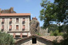Arlempdes: dorp op vulkanische rots boven de Loire ***   Dorpen in Frankrijk Mansions, House Styles, Auvergne, Manor Houses, Villas, Mansion, Palaces, Mansion Houses, Villa