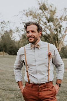 a rustic groom's look with an off-white shirt, terracotta pants, amber leather suspenders and a printed bow tie - Weddingomania Groomsmen Suspenders, Suspenders Outfit, Groomsmen Outfits, Bowtie And Suspenders, Leather Suspenders, Wedding Suspenders, Rustic Groomsmen Attire, Casual Groom Attire, Groom Suits