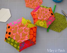 Maryandpatch, Hexagon Pincushion DIY~Tute-A-Licious! Hand Quilting, Machine Quilting, Diy Sewing Projects, Sewing Crafts, Gees Bend Quilts, Applique Tutorial, Reverse Applique, English Paper Piecing, Pin Cushions