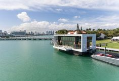 Miami-based Arkup is teaming up with Artefacto to create luxurious floating homes that are resilient to rising sea levels. See these solar-powered homes here. Mini Piscina, Luxury Houseboats, Nautical Interior, Rooftop Lounge, Best Solar Panels, Floating House, Forest House, Sea Level, Solar Power