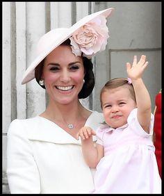 Winke-winke! Zur Feier des 90. Geburtstages der Queen zeigt sich auf Prinzessin Charlotte von ihrer niedlichsten Seite.