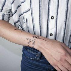 kleines tattoo am handgelenk, zweig mit blättern, gestreiftes hemd small tattoo on the wrist, twig with leaves, striped shirt Wrist Tattoos For Women, Tattoo Designs For Women, Tattoos For Women Small, Tattoos For Guys, Trendy Tattoos, Unique Tattoos, Beautiful Tattoos, Armband Tattoos, Geometric Tatto