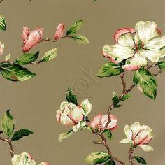 Papel pintado floral de estilo clásico ingles que simula haber sido pintado a mano. Su textura posee el relieve de los trazos del pincel.   El diseño se nos presenta con las flores en tonos pasteles y colores blancos salpicados de rosa sobre un fondo negro.