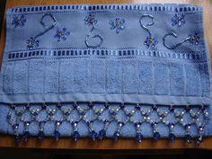 Toalha aveludada da buettner 30X50, bordada com contas de murano e canutilho e barra de contas acrílicas.