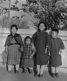 shanghai 1945 - 4 children Photo by Walter Arrufat (1920-2007)