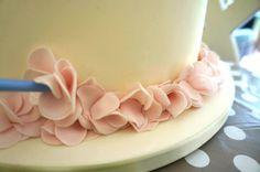 Petal Ruffle Tutorial | PartyAnimalOnline Cake Decorating Techniques, Cake Decorating Tutorials, Decorating Ideas, Ruffle Cake Tutorial, Fondant Ruffles, Cake Borders, Pretty Wedding Cakes, Icing Tips, Christmas Cupcakes