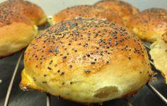 Brødene er toppet med salt og valmuefrø