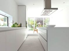 If you are a fan of simplicity in kitchen design then you should take a look at this beautiful kitchen called the Bulthaup Kitchen. Bulthaup B1, Modern Countertops, White Kitchen Inspiration, New Kitchen Designs, Design Kitchen, Contemporary Kitchen Design, Modern Contemporary, White Kitchen Cabinets, Kitchen White