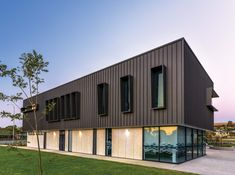 COLORBOND® steel, Australia's favourite steel building material for over 50 years, introduces an elegant matt finish to complement the latest building design trends. Steel Cladding, House Cladding, Exterior Cladding, Facade House, Wall Cladding, Factory Architecture, Architecture Design, Casas Containers, Steel Buildings
