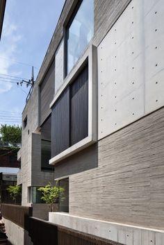 """<서울시 건축상 받은 오래된 골목 안 고급 주택> 서울시 성북구 성북동에 자리한 주택.. 오래된 골목이라 낮고 정감가는 집이 많은데 그 속에서 유독 빛이 납니다. 특이하면서도 고급스런 외관때문에 눈길이 끌리는 것도 있겠지만, 내부의 간결함과 실용적인 모습을 본 뒤엔 살아보고 싶다는 생각이 들 듯 합니다. """"서울을 빛낼 건출물""""이란 컨셉의 건축 공모전에서 우수상을 받았다는데 한컷의 사진만으로도 인정이 되죠?.."""