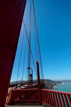 Vue sur le littoral Pacifique depuis un des pilliers du Golden Gate - San Francisco, Californie, USA