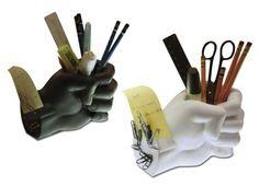 MANI PORTA PENNE. Statuetta in resina a forma di mano. All'interno del pugno chiuso può contenere penne o altri oggetti da scrivaniaColore nero o bianco