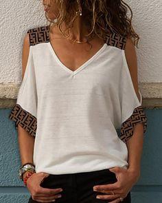 Camiseta con hombros descubiertos y estampado de inspiración F
