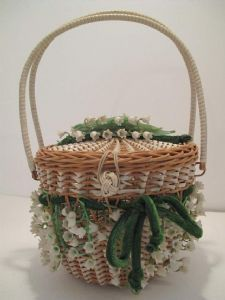 Lily of the Valley posy basket vintage bag. Fifties fantasy of wickerwork woven with plastic strips in a circular basket shape with lid. Vintage Purses, Vintage Bags, Vintage Handbags, Etiquette Vintage, Valley Flowers, Birth Flowers, Basket Bag, Flower Basket, Lily Of The Valley