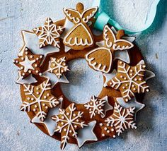 Turn delicately spiced, iced biscuits into an edible Christmas decoration - a gorgeous gift to give to someone special over the festive season Christmas Gingerbread, Noel Christmas, Christmas Treats, Christmas Goodies, Gingerbread Cookies, Christmas Desserts, Christmas Decorations, Gingerbread Houses, Christmas Baking Gifts