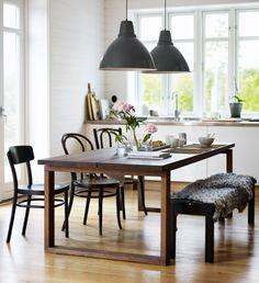 MÖRBYLÅNGA är ett klassiskt matbord i ekfanér