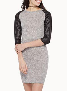 Exclusivité Twik     Une robe de fin tricot stretch poivre et sel effet chiné doux au toucher   Manches raglan en jersey enduit façon cuir pour une touche techno futuriste    Le mannequin porte la taille petit