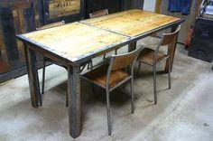 Table à manger industrielle en palette et métal  http://www.homelisty.com/table-en-palette/