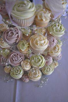 Cream, pale green and lilac wedding cupcakes. Always liked cupcakes over wedding cake :) Vintage Wedding Cupcakes, Wedding Cakes With Cupcakes, Green Cupcakes, White Cupcakes, Pretty Cupcakes, Bar A Bonbon, Lilac Wedding, Cupcake Cookies, Cupcake Frosting