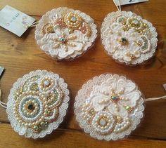 ビーズ刺繍のコサージュ