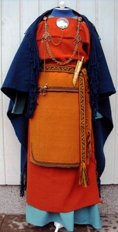 Mikkelin muinaispuku - Ancient dress of St. The ancient dresses are reconstructed based on pre-historic grave finds. Costume Viking, Viking Garb, Viking Dress, Folk Costume, Viking Clothing, Viking Jewelry, Vikings, Iron Age, Historical Costume