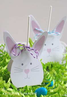 Free printable Easter bunny lollipop covers for your Easter treats.